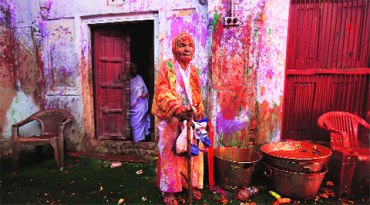 widow plays holi